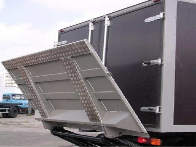 Заказать мебельный фургон 3 тонник с аппарелью в Хабаровске